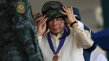 Rodrigo Duterte rendant visite à l'armée philippine