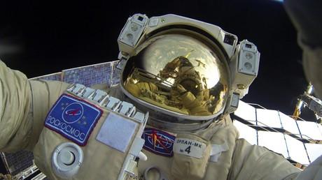 Des cosmonautes sortent dans l'espace pour faire des travaux sur l'ISS