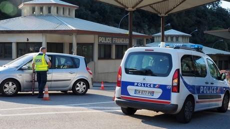 Des policiers français à la frontière