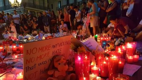 Barcelone : hommage nocturne sur Las Ramblas au lendemain de l'attentat meurtrier (IMAGES)