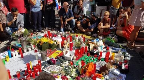 Autel improvisé dressé par des anonymes sur l'avenue des Ramblas à Barcelone, en hommage aux victimes de l'attentat, photo ©Jonathan Moadab/RT