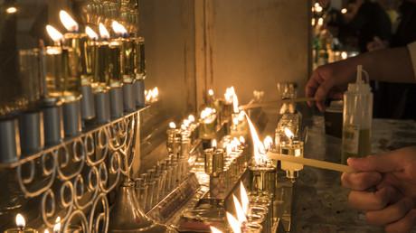 Image d'illustration. Candélabres dans une yeshiva (école religieuse juive) en Israël.