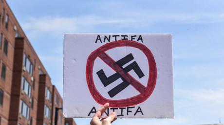 Pancarte antifasciste lors d'une manifestation à Boston le 19 août 2017