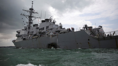 Le destroyer lance-missiles USS John S. McCain après sa collision au large de Singapour
