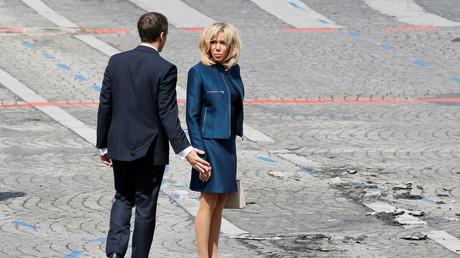 Emmanuel Macron «sous le patronage» de sa femme ? La toile circonspecte face au statut de Brigitte