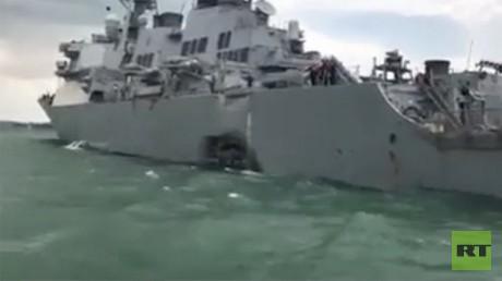 Le navire destroyer américain USS John S. McCain présente une énorme béance au bâbord arrière.