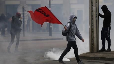 Avant une rentrée qui s'annonce agitée, l'Etat commande pour 22 millions d'euros de lacrymogènes
