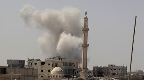 De la fumée s'échappe d'un immeuble à Raqqa, le 20 août