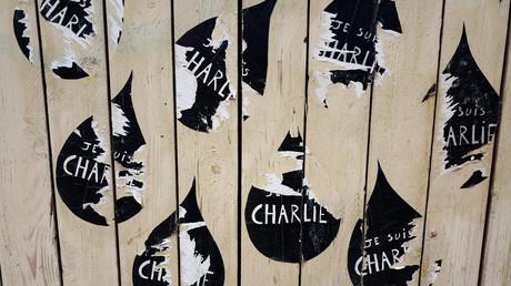 «Pour une fois, je suis Charlie» : le monde médiatico-politique se déchire sur la Une sur Barcelone
