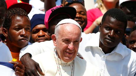 «Rempart des réfugiés», «naïveté»... Les propos du pape sur les migrants interpellent les politiques