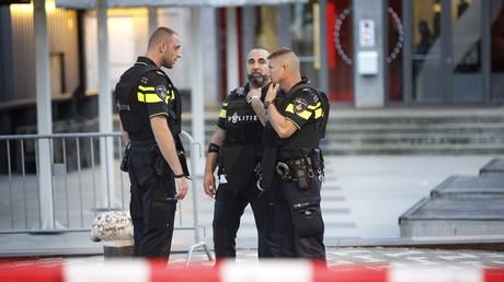 La police devant la salle Maassilo, à Rotterdam le 23 août