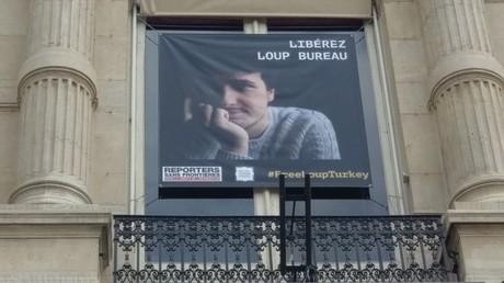Une banderole de deux mètres inaugurée à Paris pour Loup Bureau, journaliste détenu en Turquie