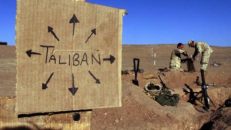 Des Marines américains remplissent des sacs de sable pour fortifier une position dans le sud de l'Afghanistan en août 2017, photo ©Jim Hollander/Reuters