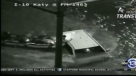 Un conducteur sauvé de sa voiture immergée au Texas