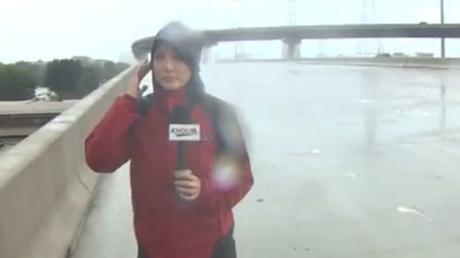 Une journaliste, en couvrant l'ouragan Harvey, sauve la vie d'un homme pris au piège (VIDEOS)