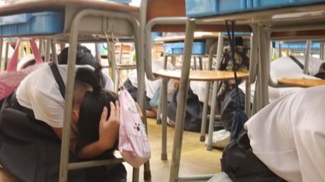 Au Japon des élèves participent à un exercice d'évacuation en cas de tir de missile nord-coréen