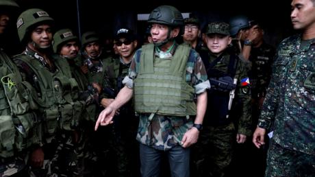 Le président philippin Rodrigo Duterte passe en revue les troupes de l'armée des philippines le 24 août 2014