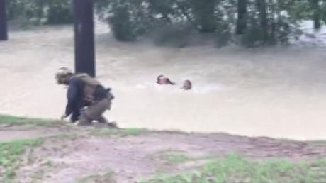 Houston : une femme sauvée des inondations