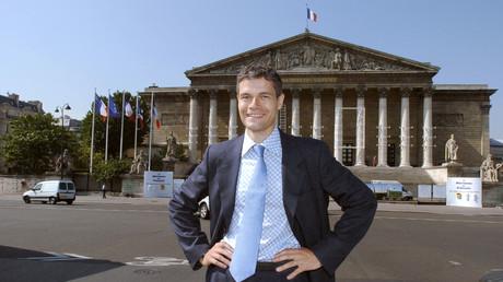 Laurent Wauquiez, jeune député de Haute Loire en 2004 devant l'Assemblée Nationale.