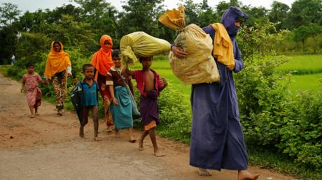Des Rohingyas marchent le long de la route pour rejoindre un camp de réfugiés après avoir traversé la frontière avec le Bangladesh, le 31 août 2017
