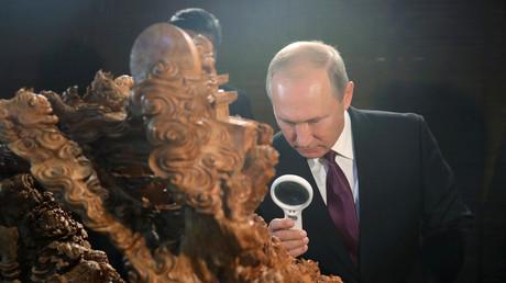 Xi Jinping s'improvise guide pour Vladimir Poutine à une exposition sur l'histoire de la Chine