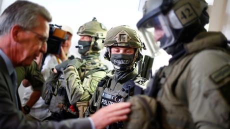 Le ministre de l'Intérieur, Thomas de Maizière discute avec des membres d'une unité spéciale contre le terrorisme de la police fédérale allemande, à Berlin.