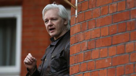 Julian Assange devant l'ambassade d'Equateur à Londres en mai 2017.