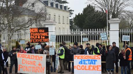 Manifestants demandant la fermeture du centre de déradicalisation de Pontourny, hébergé dans un château, en février 2017, photo ©GUILLAUME SOUVANT / AFP