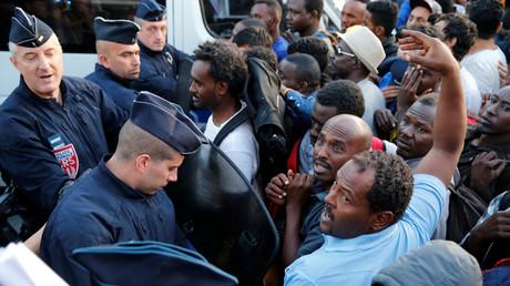Migrants à la Porte de La Chapelle à Paris le 7 juillet.