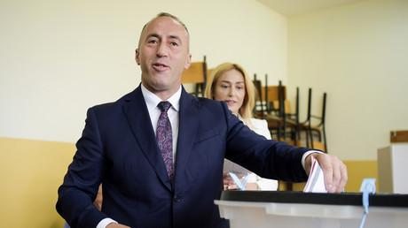 Ramush Haradinaj, leader de l'AAK kosovar, au bureau de vote le jour des élections législatives du 11 juin 2017 à Pristina.