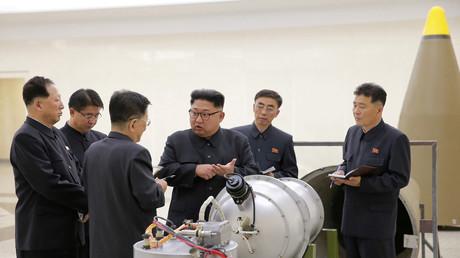 Photographie montrant  Kim Jong-un inspectant le programme de développement nucléaire de la Corée du Nord (illustration).