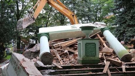 Le monument à la gloire de l'armée soviétique démoli dans la ville de Trzcianka en Pologne