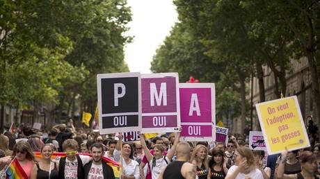 Rassemblement de la 13e Gay pride en 2013. Avec des pancartes