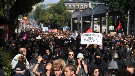 Matraqué durant la manifestation à Paris, un journaliste filme sa propre interpellation (VIDEO)
