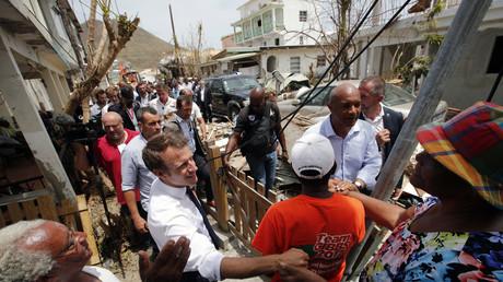 Le président Macron en visite dans l'île de Saint Martin le 12 septembre, allant à la rencontre des habitants