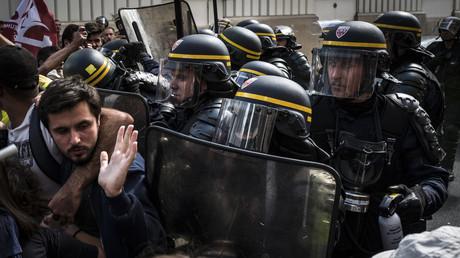 CRS repoussant des manifestants durant la manifestation du 12 septembre contre la réforme du code du travail.