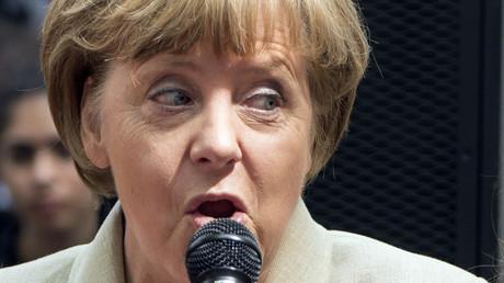 En tête dans les sondages, Angela Merkel pousse la chansonnette (VIDEO)