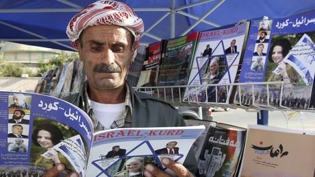 Un homme lisant un magazine intitulé
