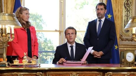 Emmanuel Macron, Nicole Belloubet, ministre de la Justice et Christophe Castaner, porte-parole du gouvernement, le 15 septembre 2017, lors de la signature de la loi sur la moralisation de la vie publique, dans le bureau de l'Elysée.