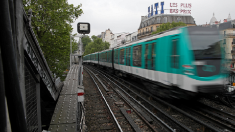 Une rame du métro parisien dans le XVIII arrondissement de Paris