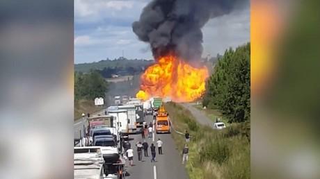 Violente explosion d'un camion transportant des bonbonnes de gaz sur une nationale en France (VIDEO)