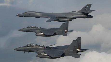 Un bombardier américain B-1B et deux avions de chasse F-15 coréens, illustration ©Kamaile Casillas / Reuters