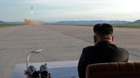 Le dirigeant nord-coréen Kim Jong Un assistant à un tir de missile ballistique