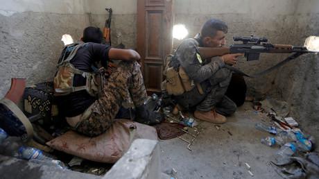 Deux snipers des Forces démocratiques syriennes à Raqqa en août 2017, photo ©Zohra Bensemra/Reuters