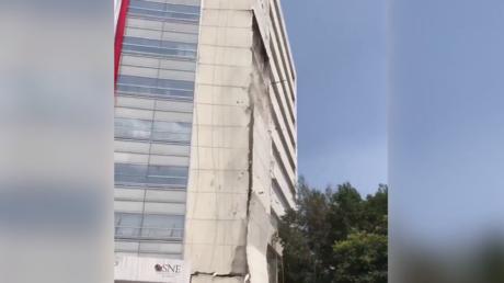 Mexico : un immeuble s'effondre en partie après le séisme