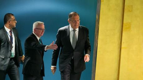 Sergueï Lavrov se dirigeant vers la tribune de l'assemblée générale de l'ONU.