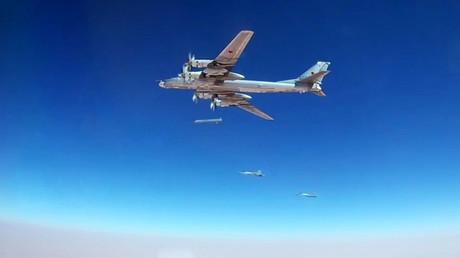 Un avion de combat Tu-95MS lance un missile de croisière Kh-101 sur les infrastructures de Daesh