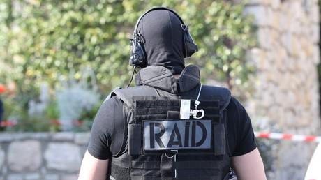 Deux hommes armés d'une hache et d'un tournevis, hurlant «Allah Akbar», interpellés en Isère