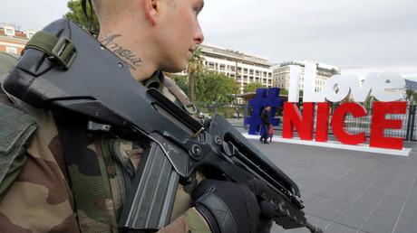 Un soldat en faction à Nice dans le cadre de l'opération Vigipirate