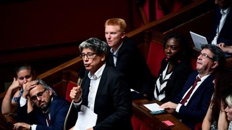 Eric Coquerel dans l'hémicycle, entouré de son groupe parlementaire LFI